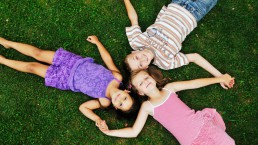 friends lying on grass Q Wunder
